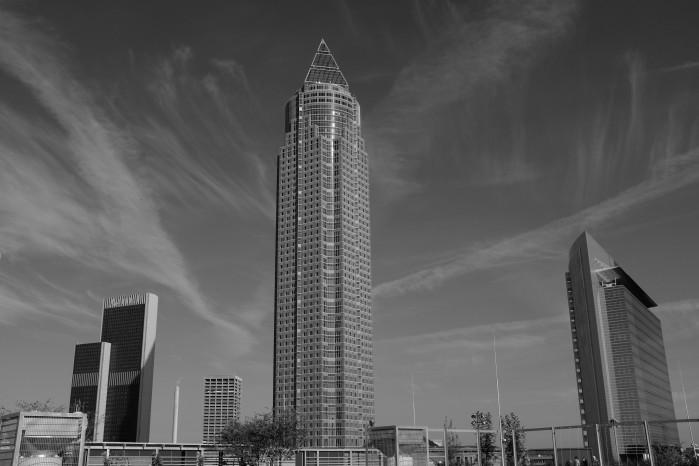 Der Messeturm vom Skyline Plaza Dach aus gesehen.