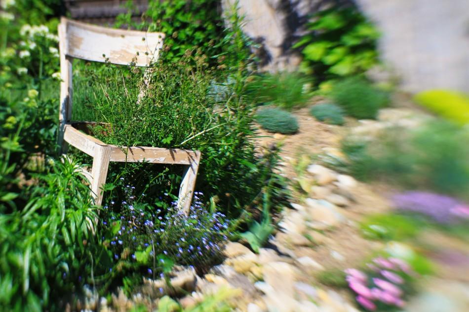 Stuhl im Bauerngarten